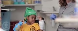موفقیت اولین جراحی پیوند دو دست جهان روی یک کودک