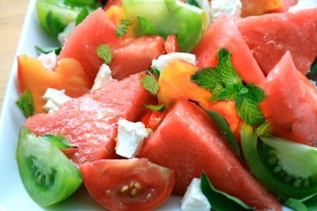 آشنایی با روش تهیه سالاد گوجهفرنگی با هندوانه؛ مخصوص تابستان