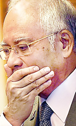گفته میشود از حساب یک شرکت دولتی مالزی، ۷۰۰میلیون دلار به حساب نخستوزیر واریز شده است.