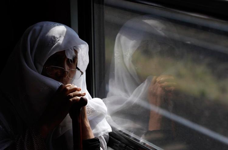 عکس روز: پیرزن آواره در قطار