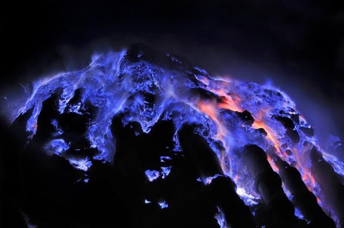 تصاویری از آتشفشان آبی در اندونزی