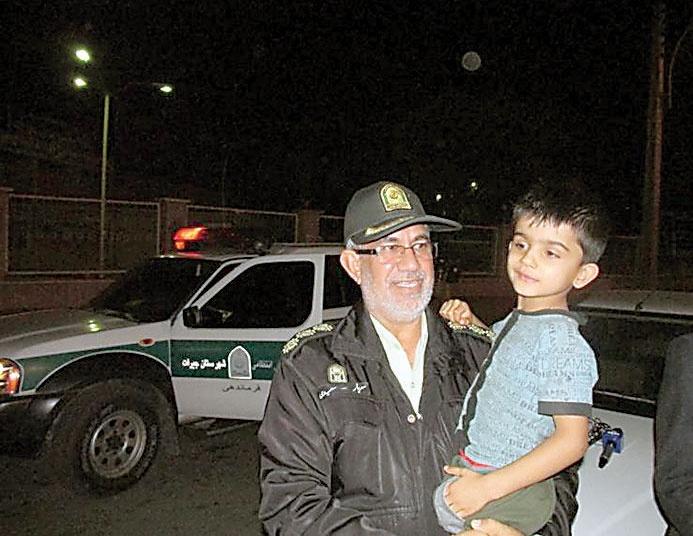 پسربچه ربوده شده پس از آزادی توسط رئیس پلیس جیرفت در اختیار خانوادهاش قرار گرفت.