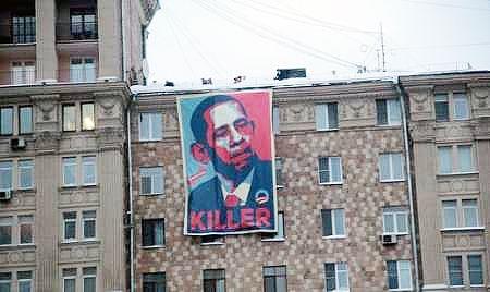 تصویر بزرگ اوبامای قاتل مقابل سفارت آمریکا در مسکو نصب شد