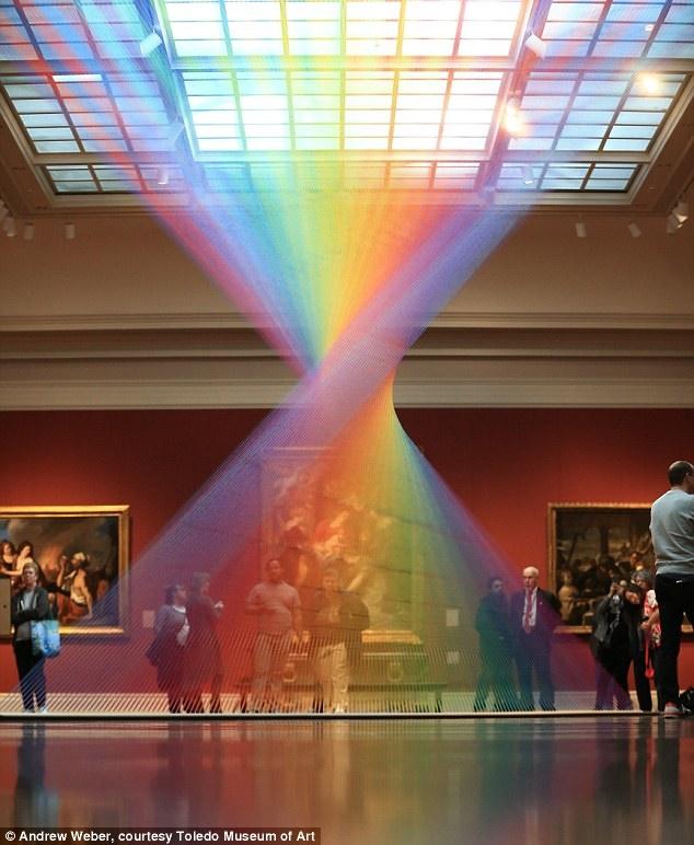 عکس روز: رنگینکمان در ساختمان سرپوشیده