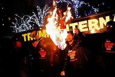 مخالفان ترامپ پرچم آمریکا را مقابل هتلاش آتش زدند
