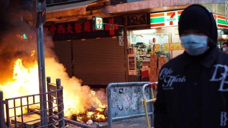 درگیری معترضان با نیروهای پلیس در هنگ کنگ