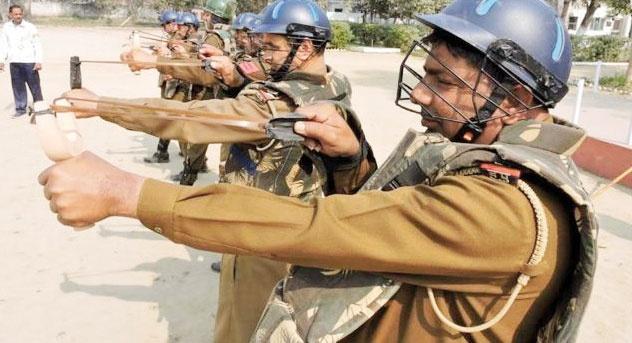 پلیس هند دست به تیروکمان سنگی شد