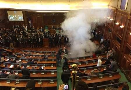 نشست پارلمان کوزوو با پرتاب گاز اشک آور متوقف شد