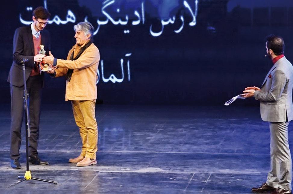 رضا کیانیان برای اهدای یکی از جوایز بخش بینالملل روی صحنه آمد.