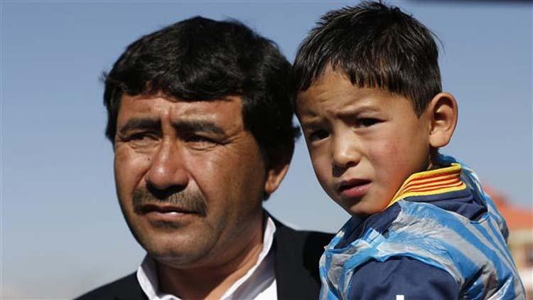 اهدا پیراهن مسی به کودک ۵ ساله افغان