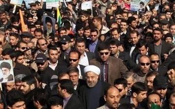 روحانی به خیل راهپیمایان ۲۲ بهمن پیوست