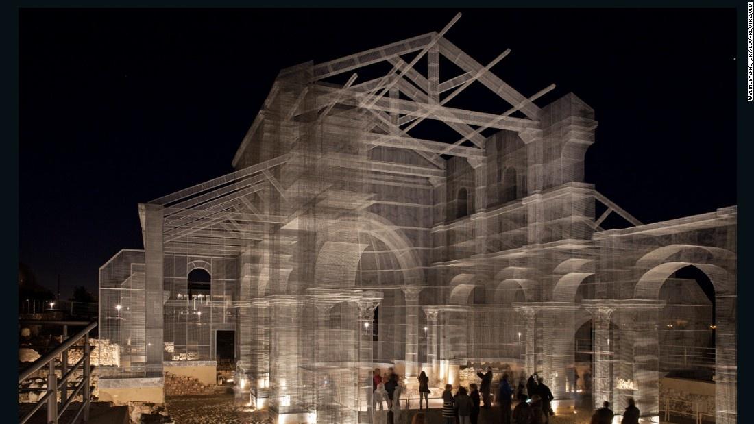 بنای شبح یک کلیسای تاریخی در ایتالیا