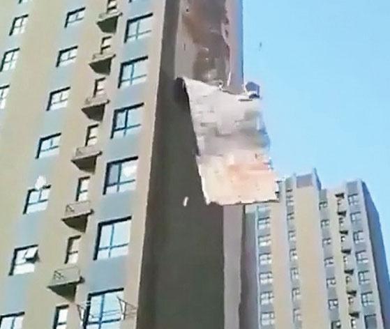 باد پوست یک برج را کند