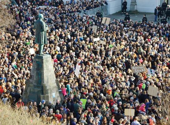 هزاران نفر از مردم ایسلند با تظاهرات در خیابانهای ریکیاویک، پایتخت، خواستار استعفای نخستوزیر شدند.