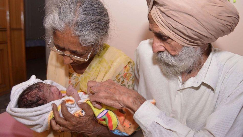 زوج هندی در دهه ۷۰ زندگی برای نخستین بار بچهدار میشوند