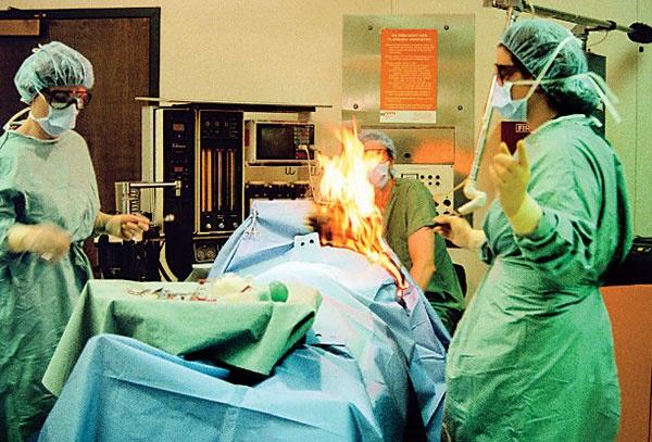 بیمار زیر تیغ جراحی آتش گرفت