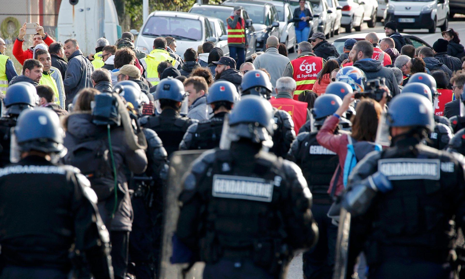 دولت فرانسه برای شکستن اعتصاب پالایشگاه ها به زور متوسل شد