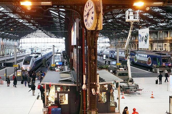 فرانسه فلج شد | ادامه اعتصاب کارکنان راه آهن