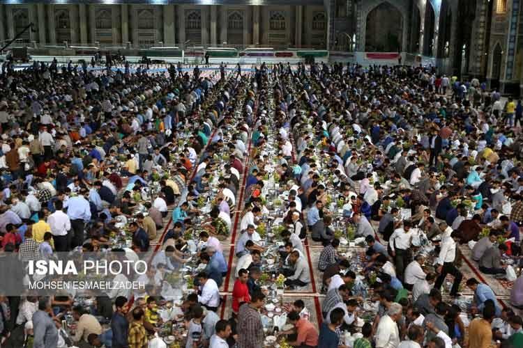 گزارش تصویری | ضیافت افطار در حرم امام رضا (ع)