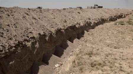 عراق اطراف شهر فلوجه خندق حفر می کند