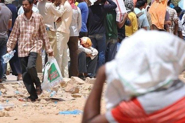 هند عربستان را تحقیر کرد   توزیع غذا بین کارگران بیکار هندی در جده
