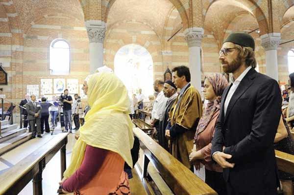 پاریس> حدود یک هفته پس از کشته شدن کشیشی در کلیسای نرماندی، مسلمانان نیز به نشانه همبستگی بین پیروان