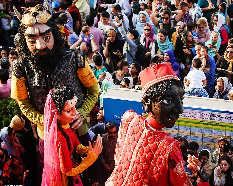 عروسکهای غولپیکر آبادانی در جشنواره عروسکی مبارک