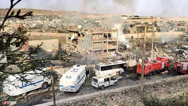 انفجار کامیون بمبگذاری شده خسارت شدیدی به ساختمان مرکز پلیس شهر جیزره وارد کرد.