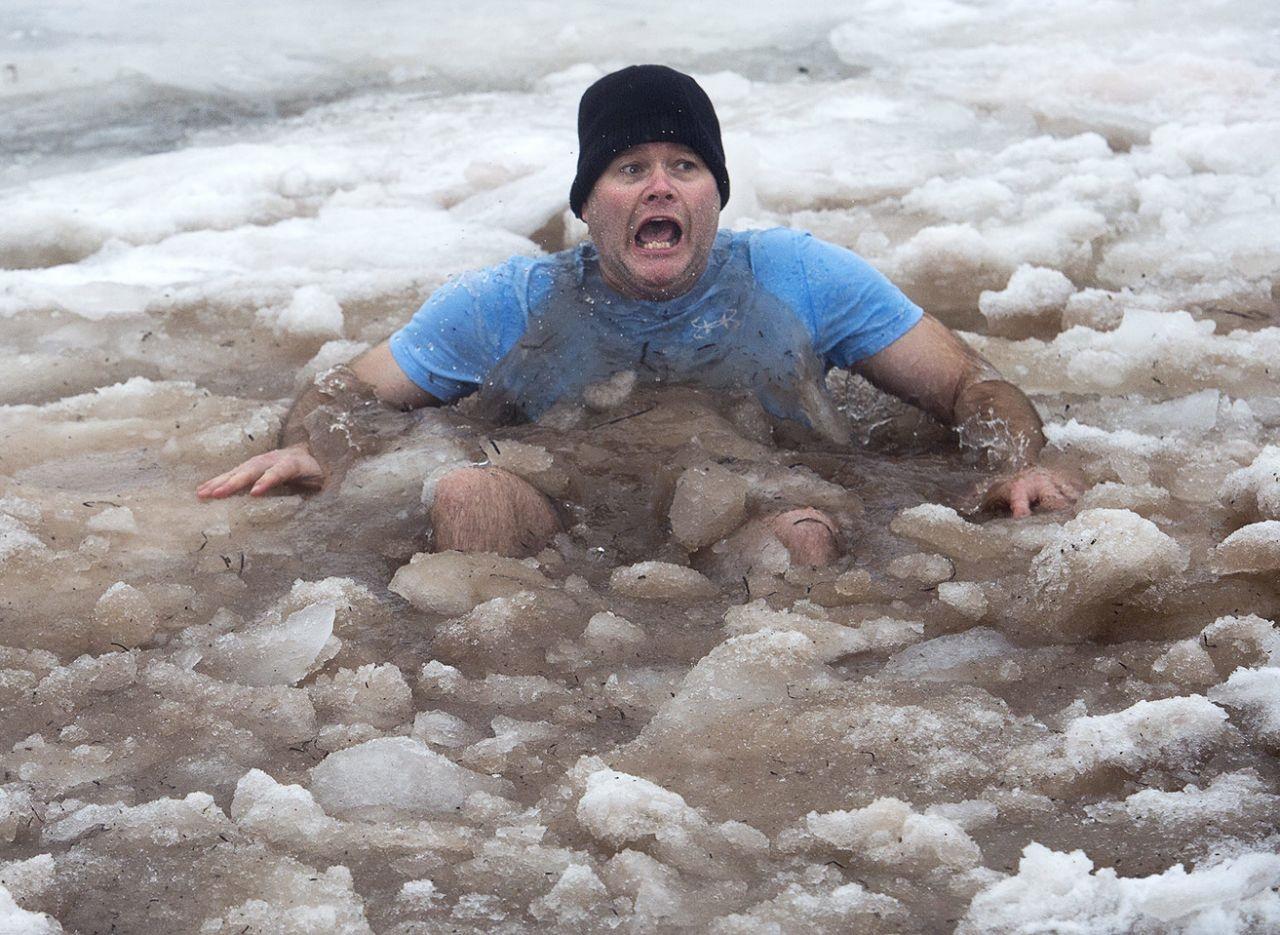 عکس روز: غوطه در یخ