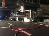 واژگونی و آتش سوزی اتوبوس در ایتالیا جان ۱۶ دانش آموز را گرفت