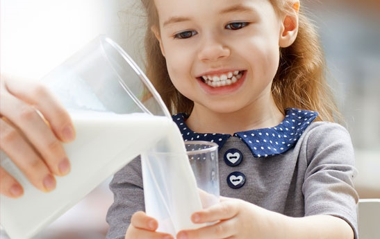 ترفندهایی برای اینکه کودکتان را عاشق شیرخوردن کنید