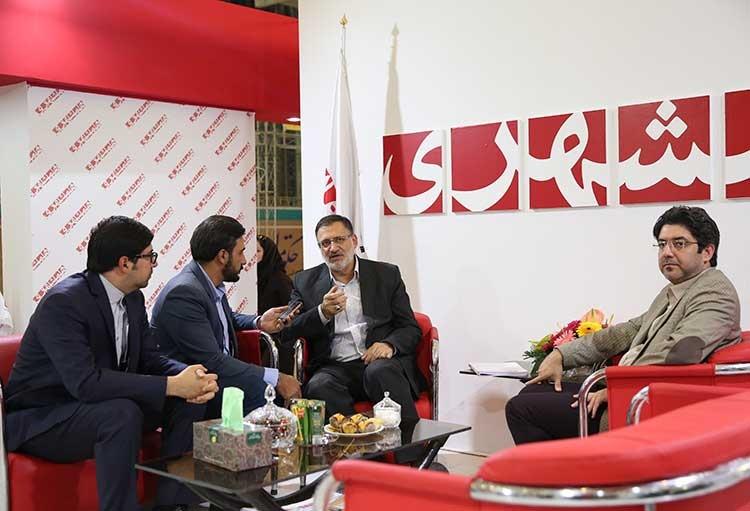 رئیس سازمان حج و زیارت در غرفه همشهری