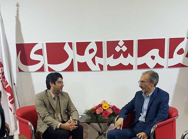 شهردار مشهد در غرفه همشهری