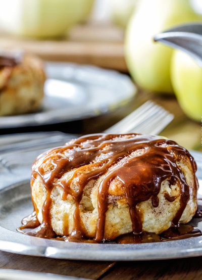 آشنایی با روش تهیه پیراشکی سیب با سس بادام