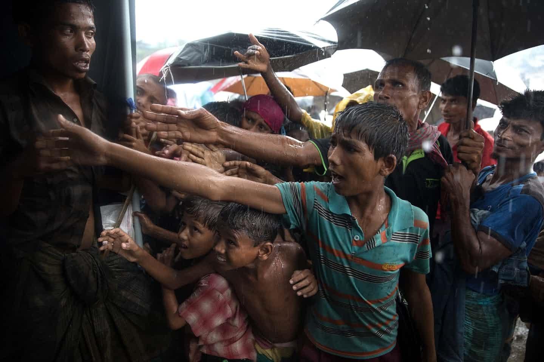عکس روز: دست نیاز زیر باران