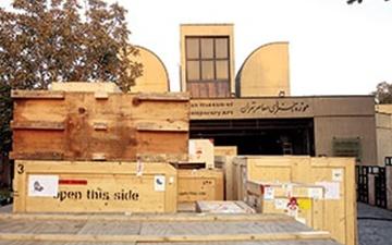 جعبههای سؤال برانگیز مقابل موزه هنرهای معاصر چه میکنند؟