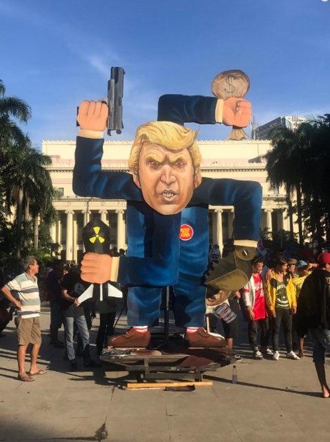 معترضان فیلیپینی آدمک ترامپ را به آتش کشیدند