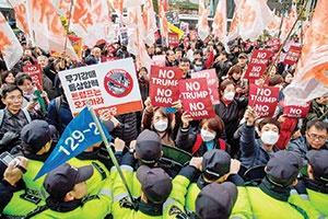 دیروز همزمان با سفر ترامپ به کره جنوبی، مردم علیه او تظاهرات کردند.