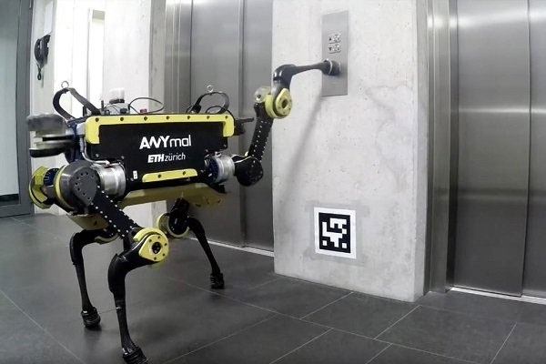 روباتی که به تنهایی سوار آسانسور میشود