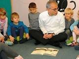 وزیر آلمانی در حال خواندن کتاب نویسنده ایرانی برای بچههای سرزمینش