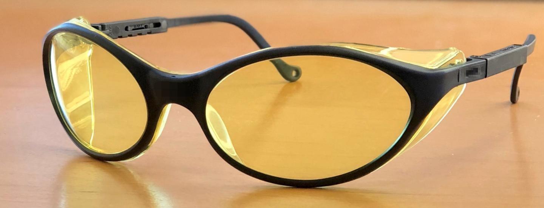 عینک با شیشه کهربایی