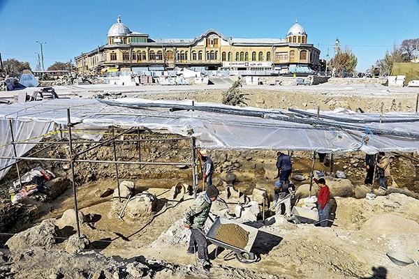 کاوشهای باستانشناسی در میدان امام همدان ادامه مییابد