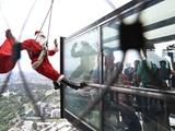 عکس روز: پاپا نوئل روی برج