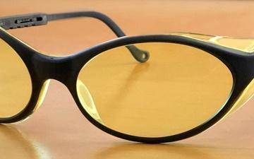 درمان بیخوابی با عینک شیشه کهربایی