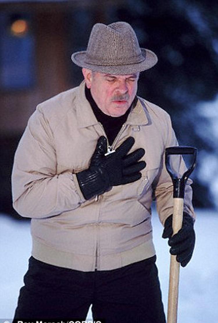 پارو کردن برف با حمله قلبی مردان در زمستان ارتباط دارد