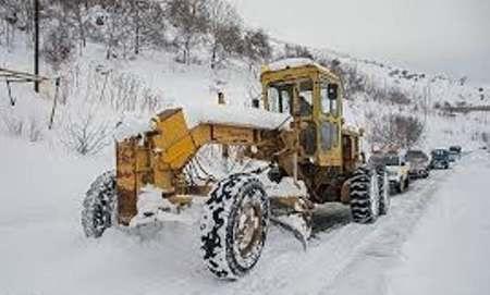 تکاوران نزاجا در حال امدادرسانی به گرفتاران در برف هستند