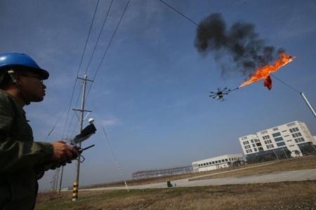 سوزاندن زبالههای روی تیرهای برق با پهپاد