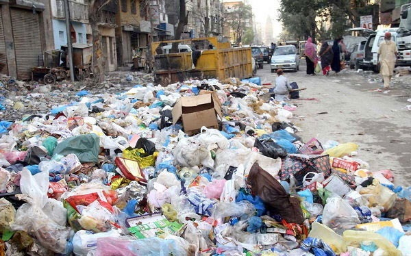 """کراچی"""" به سطل زباله بزرگ تبدیل شده است"""