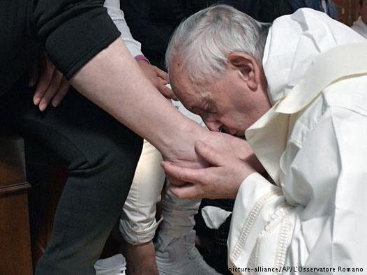 پاپ فرانسیس پای اعضای سابق مافیا را شست