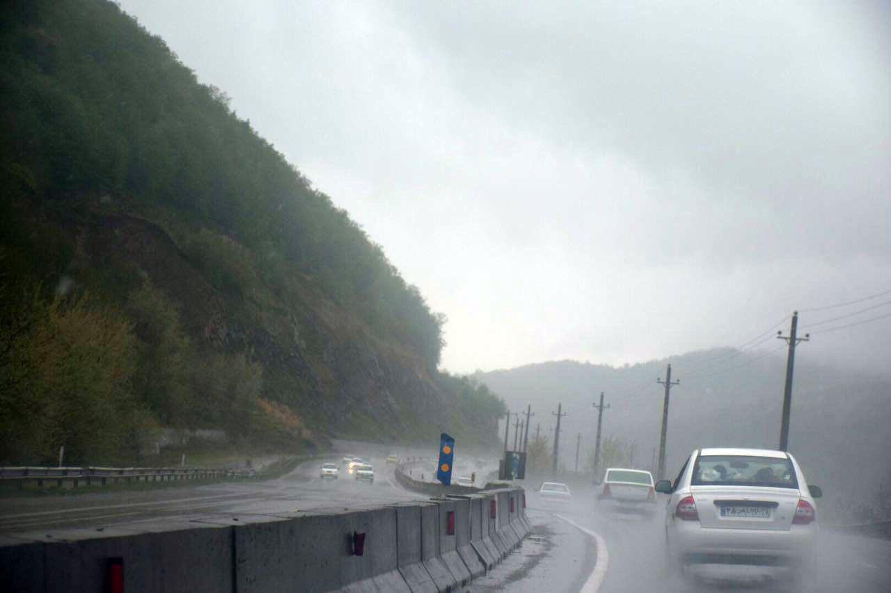تصویر | جادههای شمال ایران؛  یک بعد از ظهر بارانی و مهآلود